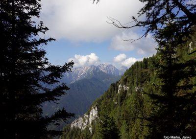 11 razgled med vzponom - Ojstrica v rh v oblaku, Planjava, Kamniško sedlo, Brana 9.13