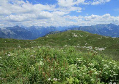 054 na vrhu Stola, 1673m, pogled proti vzhodnim Julijskim Alpam - v sredi zadaj Triglav, 12.11