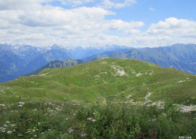 057 na vrhu Stola, 1673m, pogled proti vzhodnim Julijskim Alpam - v sredi zadaj Triglav, 12.13
