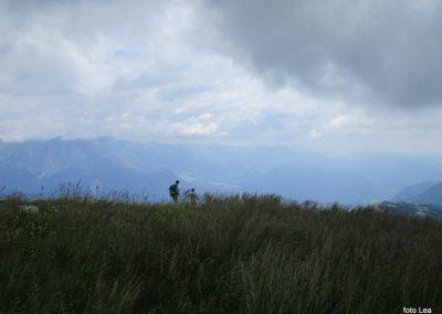 144 na vrhu Matajurja, Krn v oblaku, spodaj desno planina Kuhinja