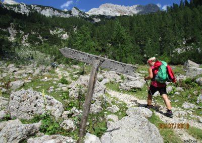 022 proti planini Zgornja Krma - 1550m, tu se odcepi pot čez Bohinjska vratca do Vodnikove koče 11.16