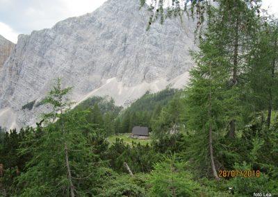 043 pogled nazaj - pastirski stan, zadaj Veliki Draški vrh - 2240m, 12.32
