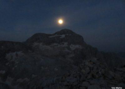 064 v nedeljo zjutraj polna luna nad Triglavom, 5.06