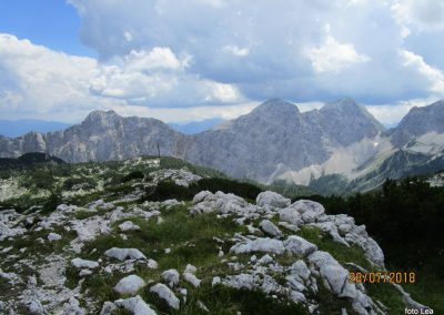 070 pogled nazaj, od leve Mali Draški vrh - 2132m, Veliki Draški vrh - 2240, Tosc - 2273m, Bohinjska vratca - 1973m