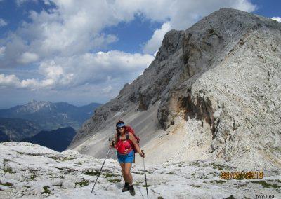 092 na Dovških vratcih - 2290m, zadaj grebenska pot na Rjavino - 2532m, 14.47
