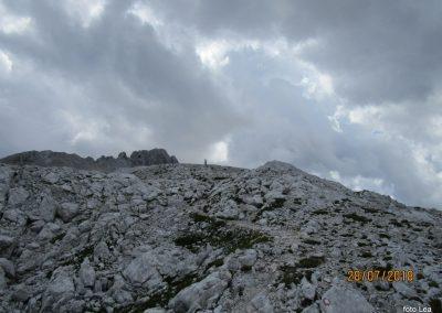 096 grebenska pot na Rjavnino, zbirajo se temni oblaki, 14.49