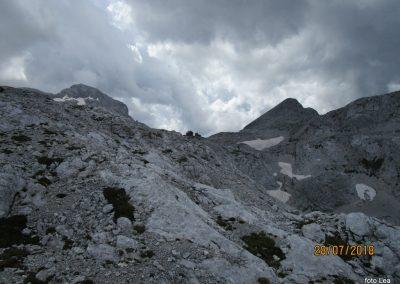 097 pogled nazaj z grebenske poti na Rjavino, Staničeva koča - 2332m, levo Triglav - 2864m, desno Begunjski vrh - 2460m