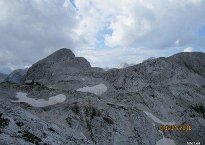 106 Staničeva koča, za njo Begunjski vrh - 2460m, zadaj na obzoju Dolkova špica - 2591m in Škrlatica - 2740m, 15.11