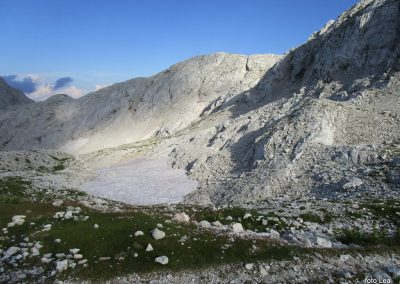 143 in greben, kjer vodi pot na Rjavino