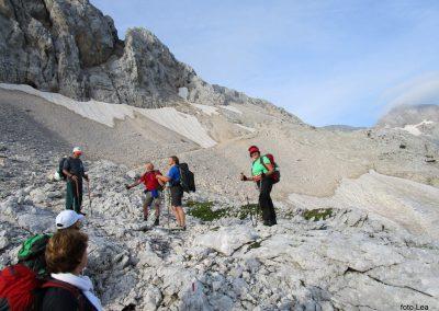 173 na začetku pot preči melišče pod Ržjo in nas pripelje na greben med Ržjo in Kredatico, 7.36