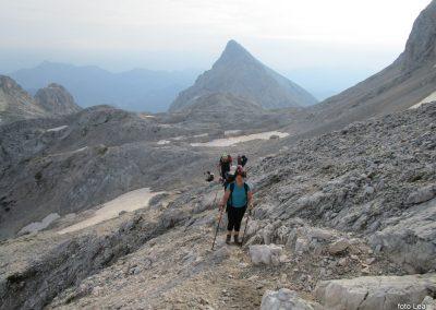 177 na začetku pot preči melišče pod Ržjo in nas pripelje na greben med Ržjo in Kredatico, zadaj Rjavina,7.49