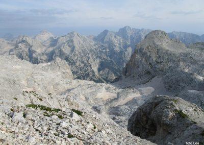 178 pot ki vodi v dolino Vrata, čisto levo na obzorju Mangart - 2679m, spredaj Razor, Stenar, Dolkova špica, Škrlatica