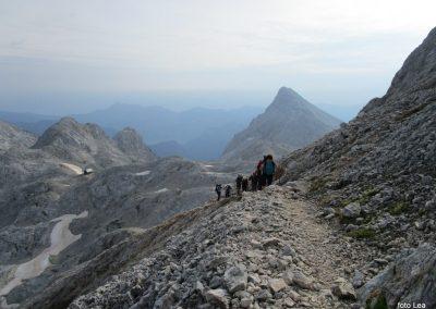 180 po melišču na greben med Ržjo in Kredatico, zadaj Rjavina - 2532m, 7.58