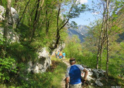 033 vračamo se v dolino k trdnjavi Kluže, 10.43