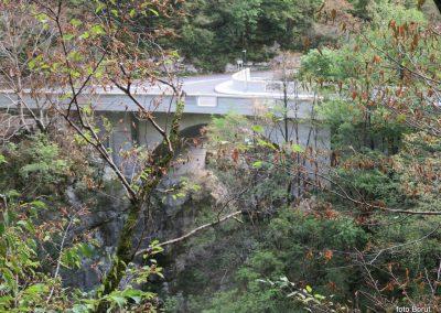 039 vračamo se v dolino k trdnjavi Kluže - most čet reko Koritnico, 11.01