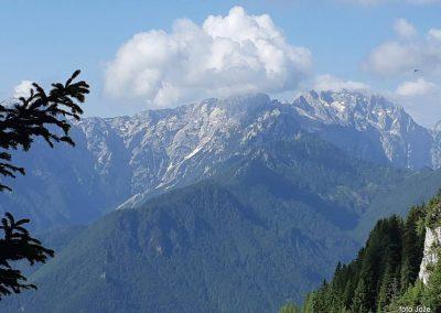 01 s poti Spodnje Sleme-Govca, Ojstrica (2350m, v oblaku) in Planjava (2394m), 9.18