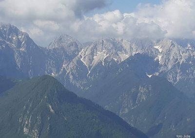03 s poti Spodnje Sleme-Govca, od leve Planjava (2394m), Kamniško sedlo (1884m) in Brana (2253m), spodaj Logarska dolina, 9.50