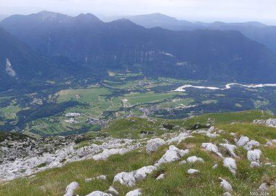 06 na grebenu, pogled v Bovško kotlino, levo Krasji vrh-1768m, zadaj Matajur-1641m, 10.26