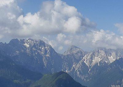 08 s poti Spodnje Sleme-Govca - od leve Planjava (2394m), Kamniško sedlo (1884m) in Brana (2253m), Turska gora (2251m), spodaj Logarska dolina, 9.54