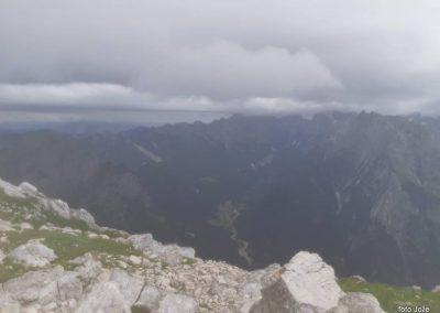 10 na vrhu Rombona 2208m, dolina Koritnice, v oblakih Mangart 2679m, 11.02