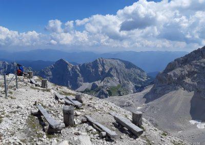 20 pri Triglavskem domu na Kredarici (2515m)-pogled na jug-Vel.Draški vrh (2240m-levo) in Tosc (2273m), 14.32