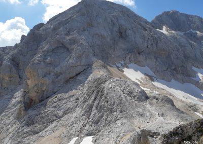 21 pri Triglavskem domu na Kredarici (2515m)-pogled na Mali Triglav (2738m) in Triglav zadaj (2864m), 14.32