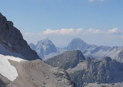28 izpred Triglavskega doma na Kredarici (2515m) - pogled na zahod -Levo Jalovec (2645m) in desno Mangart (2679m), 14.47